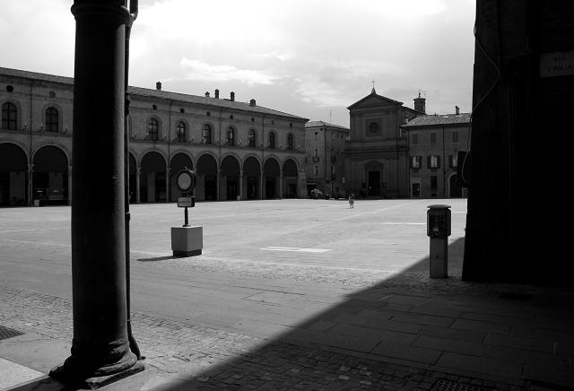 Imola, Piazza Matteotti con la chiesa del Suffragio.